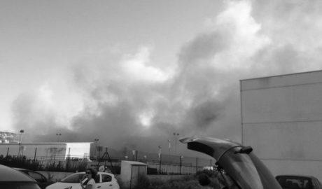 Un incendio obliga a evacuar las naves falleras del polígono de Dénia