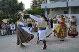 Actuació del Grup de Danses Populars Cantal Roig -Calp- @ Plaza de la Villa