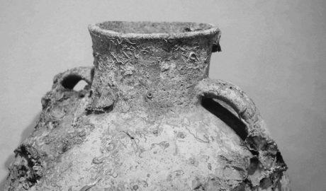 Una mujer de 96 años dona al Museo de Dénia una jarrón del siglo XII