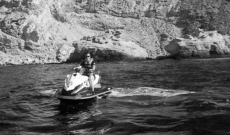 Herido al impactar con su moto de agua contra unas rocas en la cala Ambolo de Xàbia