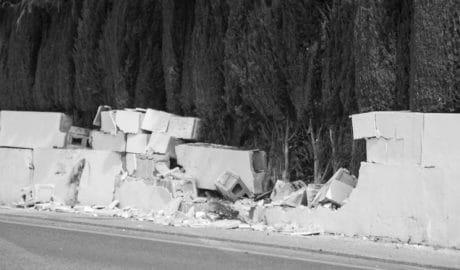Un conductor ebrio, herido al empotrar su coche contra un muro en Dénia