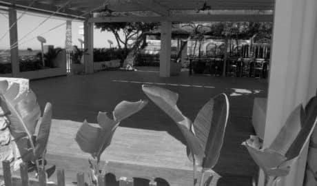 Dénia precinta la terraza de un restaurante en les Rotes ante las denuncias de los vecinos