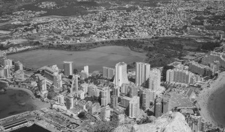 Dos visiones antagónicas de Calp: Grandes proyectos de futuro o urbanismo desatado y más impuestos