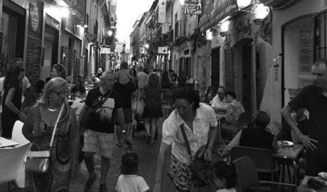 Arranca el ZAS del carrer Loreto: reducció d'horaris i control policial per reduir els nivells de soroll