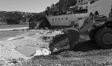 Máquinas junto a bañistas, la estampa de las playas de Xàbia tras el temporal