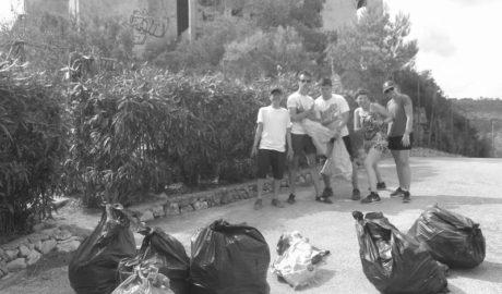 Voluntarios de 4 continentes sacan 50 kilos de basura de la urbanización fantasma de El Greco