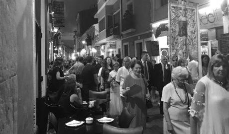 La processó de Sant Roc «agafa per sorpresa» als bars i clients del carrer Loreto