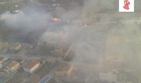 Controlado el incendio en una pinada de La Xara que ha obligado a desalojar 12 viviendas