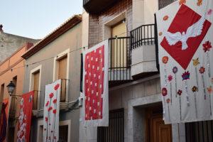 Els llenços pengen dels balcons de Gata amb Art al Vent