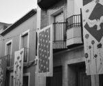 Los lienzos cuelgan de los balcones de Gata con Art al Vent