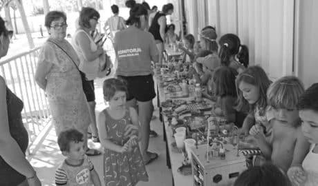Els alumnes del Taller d'Estiu de Xàbia recapten fons per als xiquets de l'aula d'educació especial