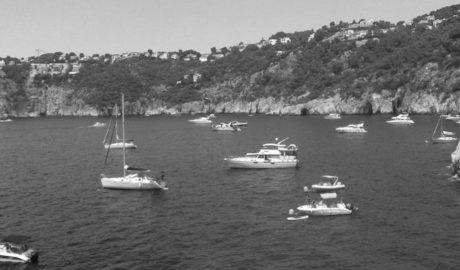 [LA FOTO. Xàbia] Invasió d'embarcacions fondejant sobre posidonia en Ambolo