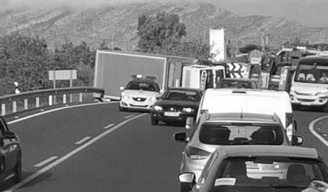 Enésimo accidente en la N-332: vuelca un camión en Benissa