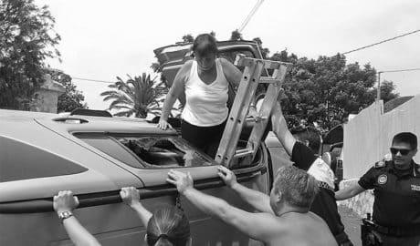 Sacan de su vehículo con una escalera a dos personas tras un aparatoso accidente en Xàbia