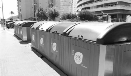 Calp adverteix amb sancions a veïns, hostalers i comerciants per tirar la basura fora dels llocs i horaris establits