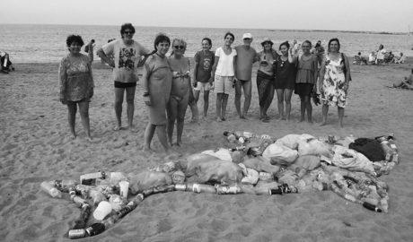 Un delfín de plásticos y colillas para denunciar la suciedad en las playas de Dénia
