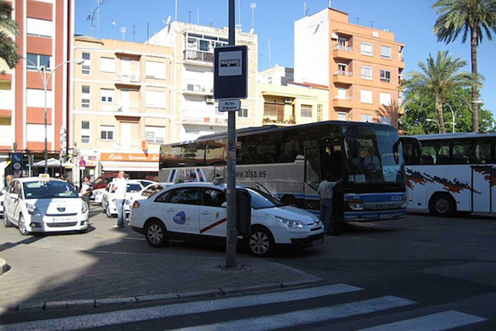 L'autobús València-Dénia només té 4 connexions directes davant les 30 que asseguraria un tren de rodalia