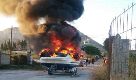 Un herido al arder una barca en una parcela de la carretera de Gata en Xàbia
