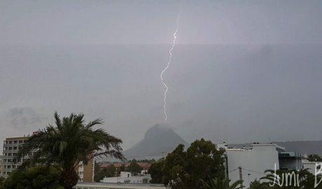 [LA FOTO] La impactante imagen de un rayo golpeando la cima del Montgó