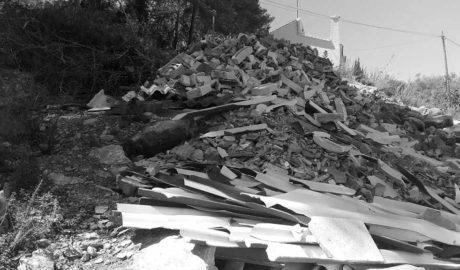 Una montaña contaminante de escombros con fibrocemento entre les Rotes y el Montgó