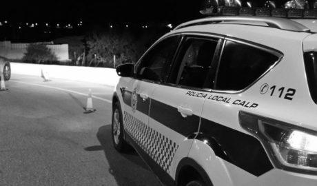Daña un coche de la Policía de Calp y amenaza a los agentes con una botella de vidrio
