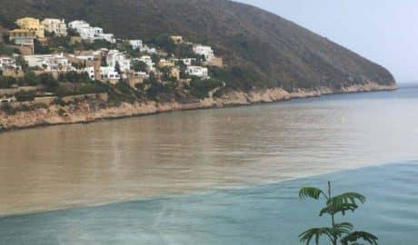 La cala del Portet de Moraira se vuelve a teñir de marrón en pleno verano