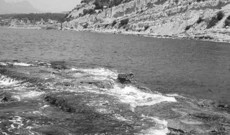 Aparece el cadáver de una mujer flotando en una cala de Moraira