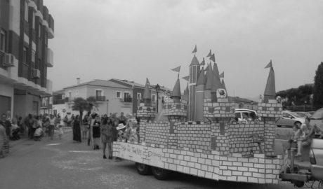 Els Poblets vive el ecuador de sus fiestas con un colorido desfile de carrozas