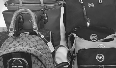 La policía de Xàbia incauta falsificaciones de bolsos y zapatillas en el 'top manta' de l'Arenal