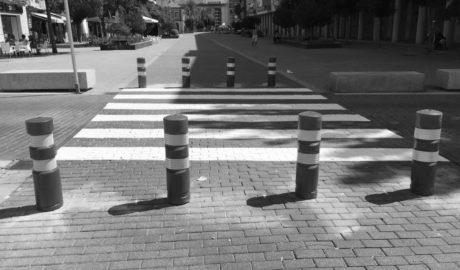 Dénia instala bolardos en La Via para impedir el paso de vehículos y hacer la calle peatonal «de verdad»