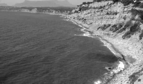 Rescatado en helicóptero un bañista caído de los acantilados de Moraira