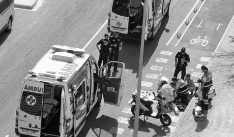 Fallece un motorista en Dénia tras chocar con el bordillo del carril-bici