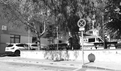 El estacionamiento de vehículos bloquea la entrada de las ambulancias en el centro de salud de Xàbia