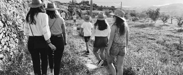 [GALERÍA] Benitatxell enseña su cara más rural: Una excursión a la Cova de les Bruixes entre viñedos y paisaje
