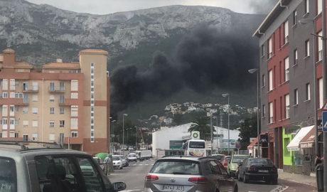 Densa humareda en Dénia al arder un contenedor en el Camí del Pou de la Muntanya
