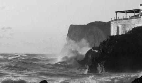 Angoixant rescat de dos xiquets entre el fort onatge de les Rotes de Dénia