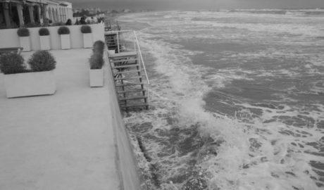 El temporal engulle las playas de Les Deveses y Blay Beach y provoca apagones de varias horas en Dénia