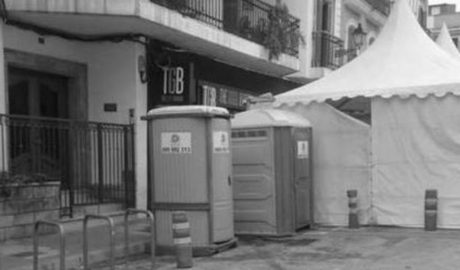 Un bar de Dénia denuncia pérdidas por la situación de los aseos y la carpa de la Mostra de Dança Folklòrica