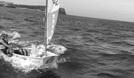 Quique Uríos, de 15 años, navega de Xàbia a Ibiza en un pequeño optimist de 2,30 metros de eslora