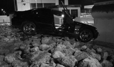 [LA FOTO] Un coche 'aterriza' sobre una de las rotondas del puerto de Dénia