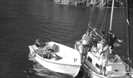 [LA FOTO] Remolcan a puerto la patera que llegó a la Cova Tallada con diez inmigrantes