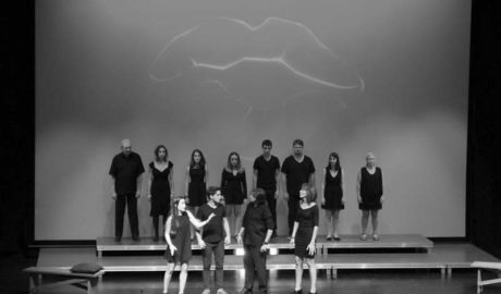 Los alumnos de la Escola Municipal de Teatre de Teulada se ganan al público del Auditori con 'Besos'