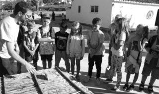 [GALERÍA] Los escolares de Benitatxell aprenden a hacer vino en una casa del siglo XIX