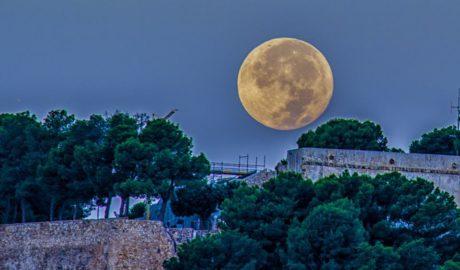 [LA FOTO] El sol iluminando la luna sobre el Castillo de Dénia