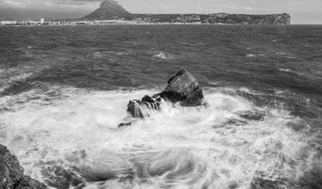 Arriba al port de Xàbia després de navegar 10 hores en un bot salvavides en enfonsar-se el seu veler