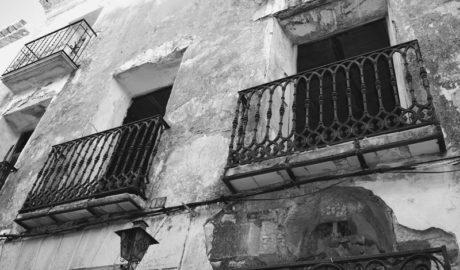 Deu exemples d'edificis mig en ruïnes a Xàbia