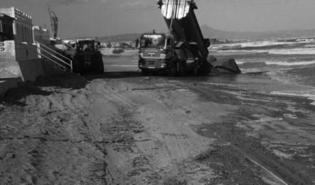 [VÍDEO] El mar se lleva la arena conforme los camiones la depositan en Les Deveses de Dénia