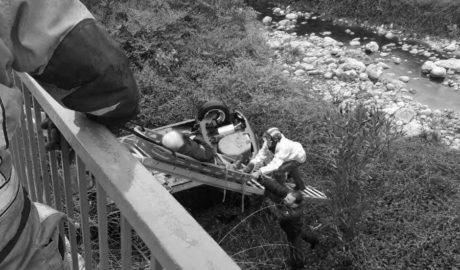 Herido un hombre tras precipitarse con su coche al río en Xaló