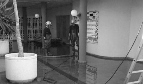 Los Bomberos achican 40.000 litros de agua de una fuga en un centro comercial en Dénia