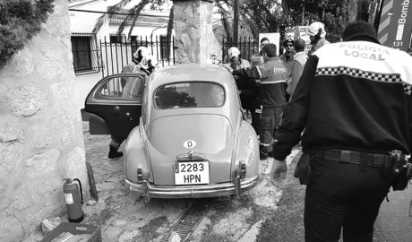 Rescaten un home atrapat en un cotxe d'època després de xocar contra un mur a Xàbia